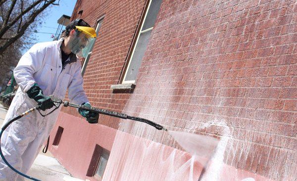 un technicien de notre service intégré d'enlèvement de graffitis - bilan 2017