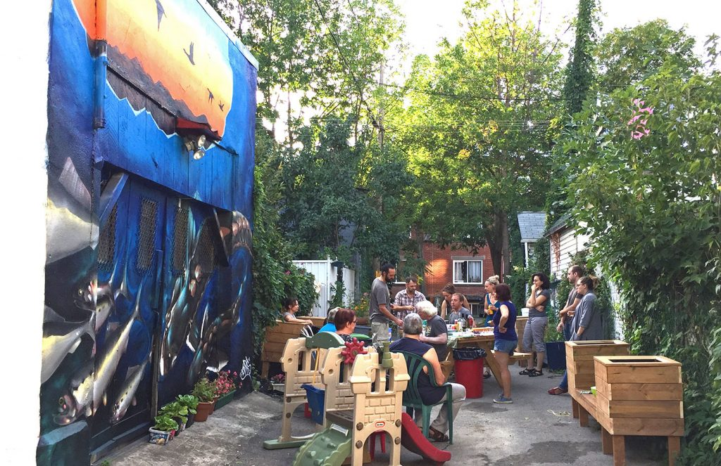 Photos de la murale de Café Graffiti dans la ruelle verte du Croissant