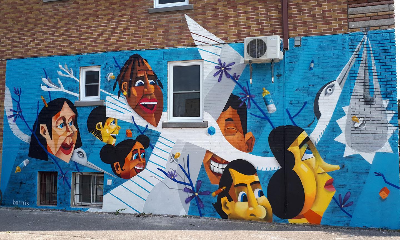 Murale de l'artiste Borrris sur l'immeuble de l'organisme Entre mamans et papas au 3363, rue de Rouen.