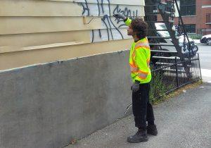 un technicien en nettoyage de graffiti au travail
